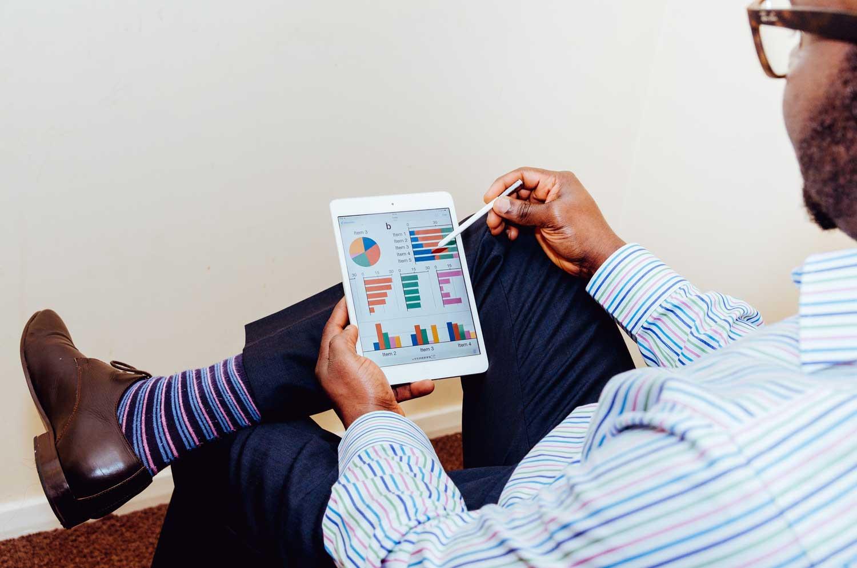 Ejecutivo analizando los gráficos del control de costes